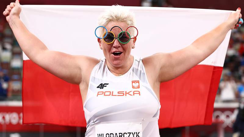 TOKYO, JAPAN - AUGUST 03:  Anita Wlodarczyk of Team Poland celebrates after winning gold in the Women's Hammer Throw Final on day eleven of the Tokyo 2020 Olympic Games at Olympic Stadium on August 03, 2021 in Tokyo, Japan. (Photo by Ryan Pierse/Getty Images)