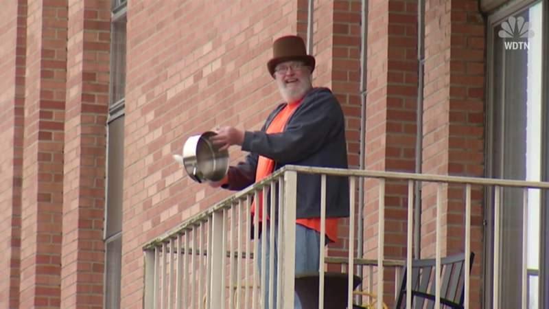 Balcony bash: Ohio apartment residents get loud!