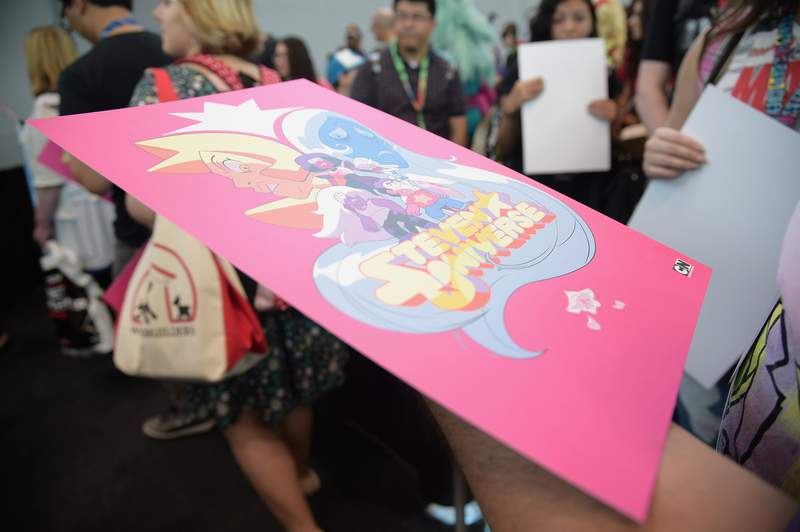 Fans get posters during the Steven Universe signing at New York Comic Con in 2017.