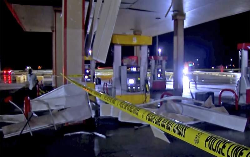 En esta imagen tomada de un video, restos dejados por un tornado en una gasolinera, el domingo 10 de octubre de 2021 en Shawnee, Oklahoma. (KWTV via AP)