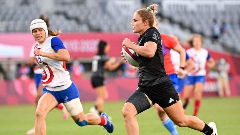 New Zealand's Michaela Blyde (R) runs past France's Camille Grassineau to score a try in the women's rugby sevens final at the Tokyo 2020 Olympic Games (Photo by GREG BAKER/AFP via Getty Images)
